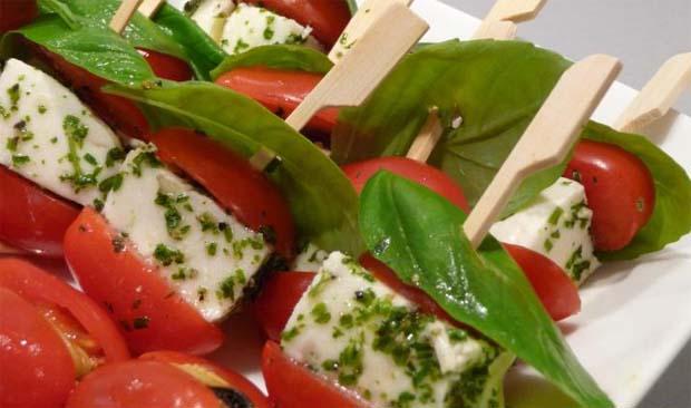 Brochetas de albahaca, queso y pimientos