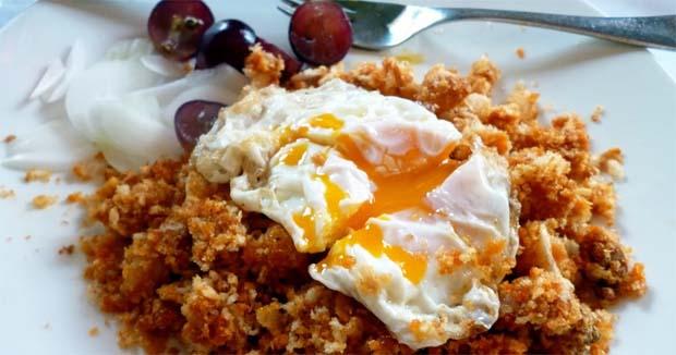 Migas con huevo y uvas